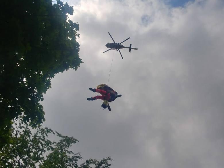 - Dwukrotnie poszkodowanych przekazaliśmy do ekipie karetki ratownictwa medycznego, jednego z poszkodowanych ewakuowaliśmy za pomocą długiej liny wspólnie