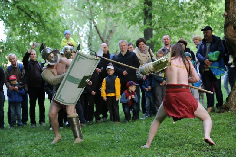 Mieszkańcy, którzy odwiedzą Galerię Sleńdzińskich, będą mogli wziąć udział m.in. w pokazie komputerowym, konkursie z nagrodami czy też warsztatach linorytu.