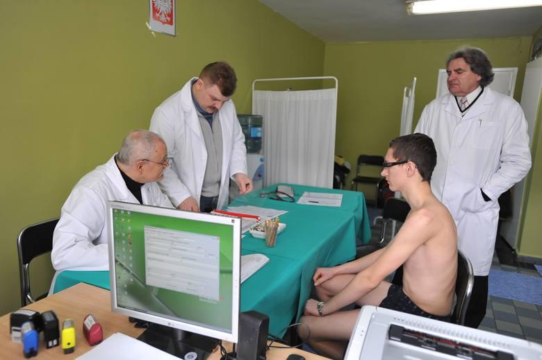Podczas komisji, lekarze wojskowi sprawdzają przydatność do armii i wyznaczają kategorie zdrowia.