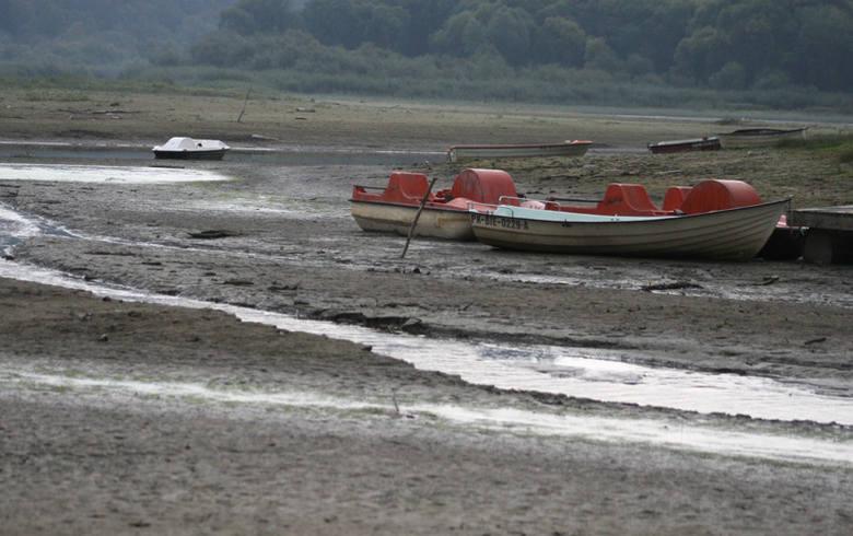 Problem z jakością wody w kranach i w zalewie może źle wpłynąć na wizerunek zdrojowej miejscowości. Radni alarmują, a gmina zapowiada szybkie działanie.