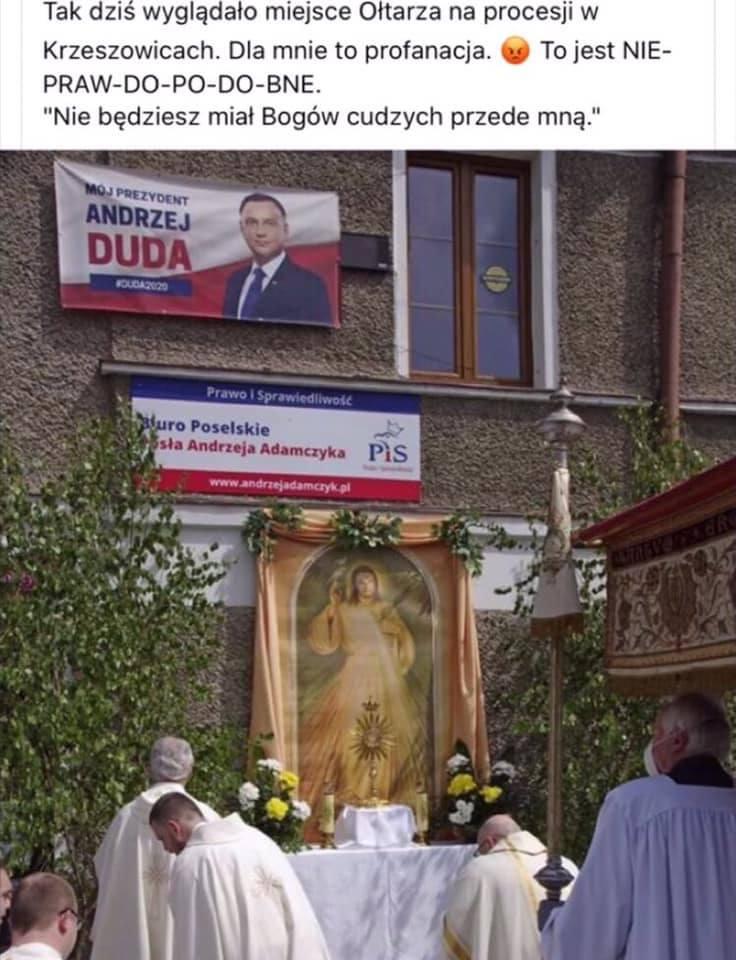 Hit czy kit? Ołtarz na Boże Ciało w Krzeszowicach pod plakatami z Andrzejem Dudą