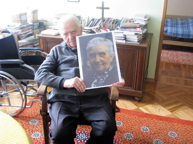 Ks. prałat Zygmunt Nabzdyk z portretem mamy (na co dzień to zdjęcie wisi nad jego biurkiem w Domu Księży Emerytów).