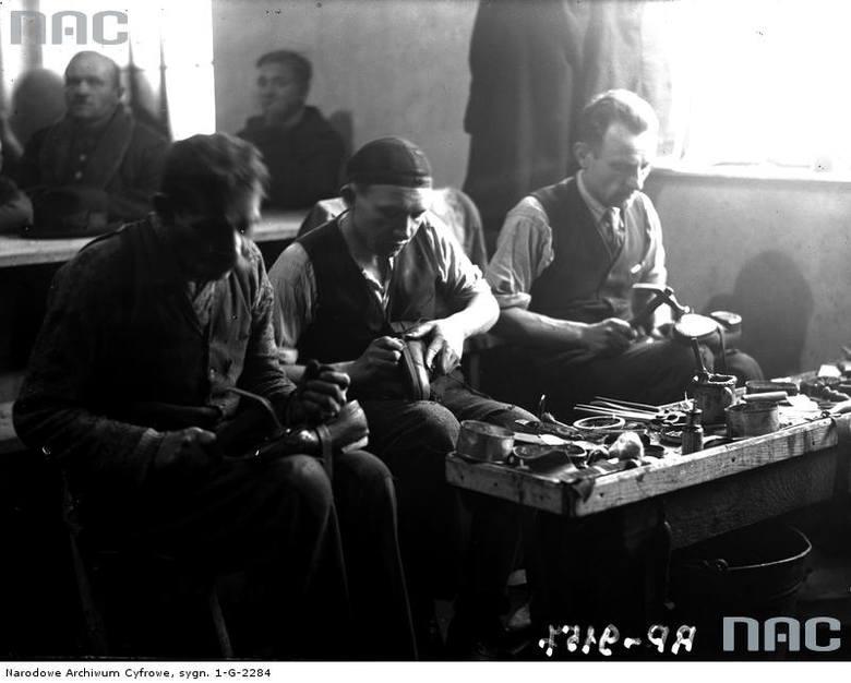 Pracownicy zakładu szewskiego w trakcie pracy