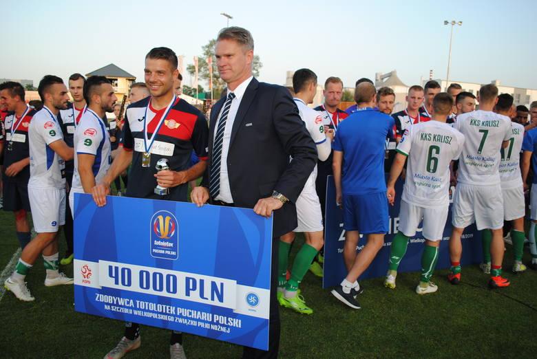 Tak piłkarze, trenerzy i działacze Polonii Środa cieszyli się ze zwycięstwa 4:2 nad KKS Kalisz w ostatnim finale wojewódzkim Lo