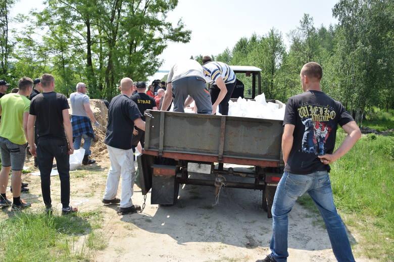 W Grębowie przesiąka wał Łęgu! Trwa umacnianie obwałowania, na miejscu pracują strażacy i mieszkańcy gminy Grębów (ZDJĘCIA)