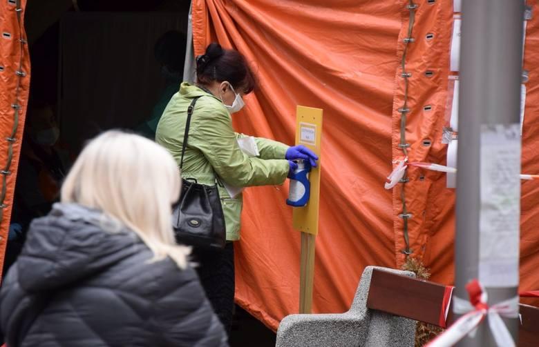 W związku z pandemią koronawirusa nie tak łatwo dostać się dziś do szpitali. Przed nimi rozstawione są namioty, w pilnowaniu przestrzegania re  reżimu sanitarnego pomaga wojsko. Trzy szpitale w woj. lubuskim przeprowadzają testy dla osób po kwarantannie...