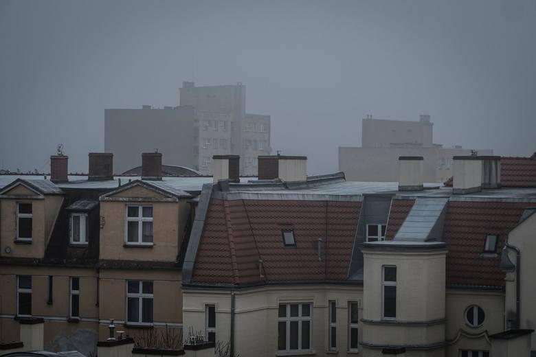 Po raz kolejny smog spowił stolicę Wielkopolski. W Poznaniu bardzo źle się oddycha. Służby apelują, by bez konieczności nie wychodzić z domu na spacery,