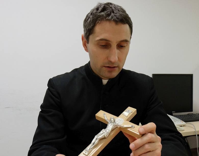 Ks. Adam Anuszkiewicz pracuje w parafii Wszystkich Świętych w Białymstoku. Jest też kapelanem w zakładzie poprawczym i jednym z trzech egzorcystów w