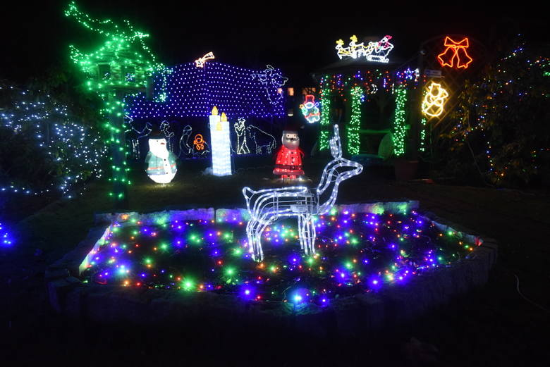 Przy ulicy Księcia Józefa Poniatowskiego w Zielonej Górze czas nabrał innego wymiaru. To magia święta Bożego Narodzenia. Mały ogródek tuż za blokiem