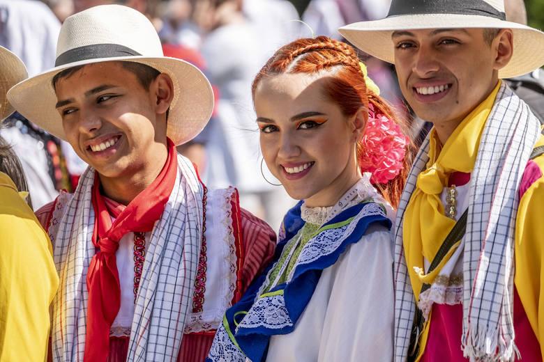 Barwne stroje uczestników festiwalu przyciągały wzrok przechodniów