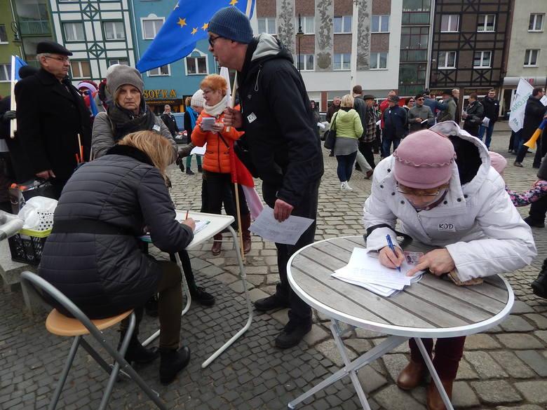 """W sobotę 19 marca na Starym Rynku w Gorzowie odbyła się kolejna w regionie demonstracja Komitetu Obrony Demokracji. Tym razem jest hasłem było: """"Obrońmy"""