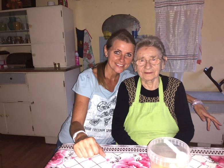 Z Teresą Wójcik koronawirus nie miał szans! 103-latka z Wędryni słynie z żelaznego zdrowia i poczucia humoru. Na zdjęciu z wnuczką Małgorzatą Kott.