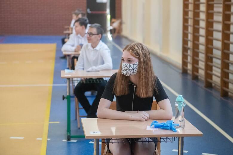 Na egzaminie ósmoklasisty w roku 2021 z powodu pandemii obowiązuje reżim sanitarny. Uczniowie zobowiązani są m.in. do zasłaniania ust i nosa maseczką