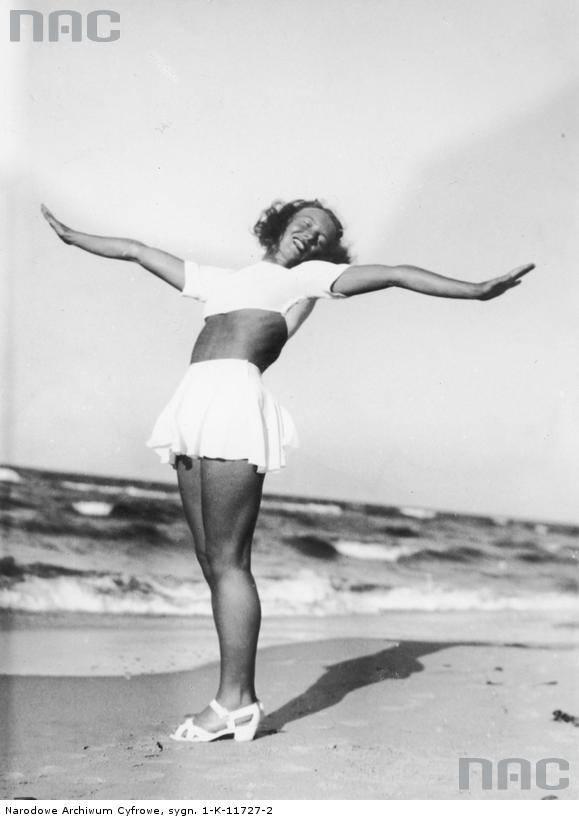 Tancerka Ziuta Burczyńsa na plaży w Jastrzębiej Górze.