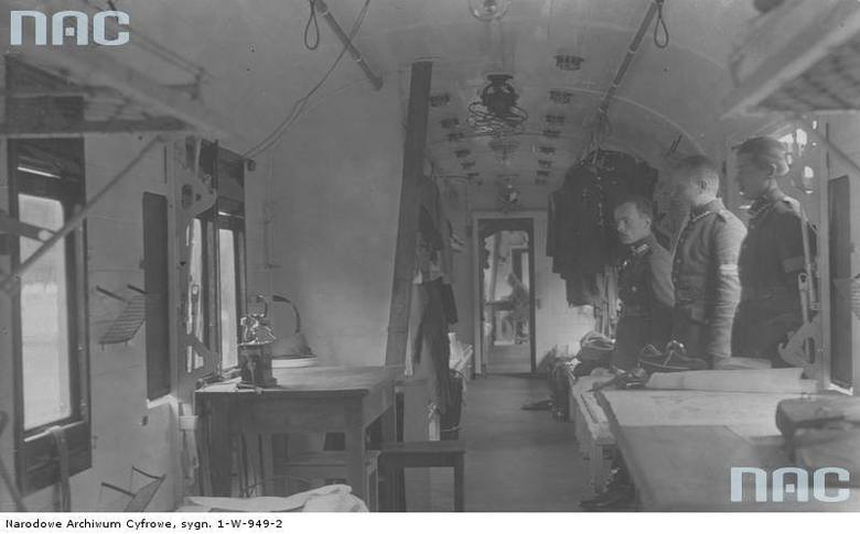 Manewry wojskowe na Wołyniu. Wnętrze jednego z wagonów pociągu sanitarnego