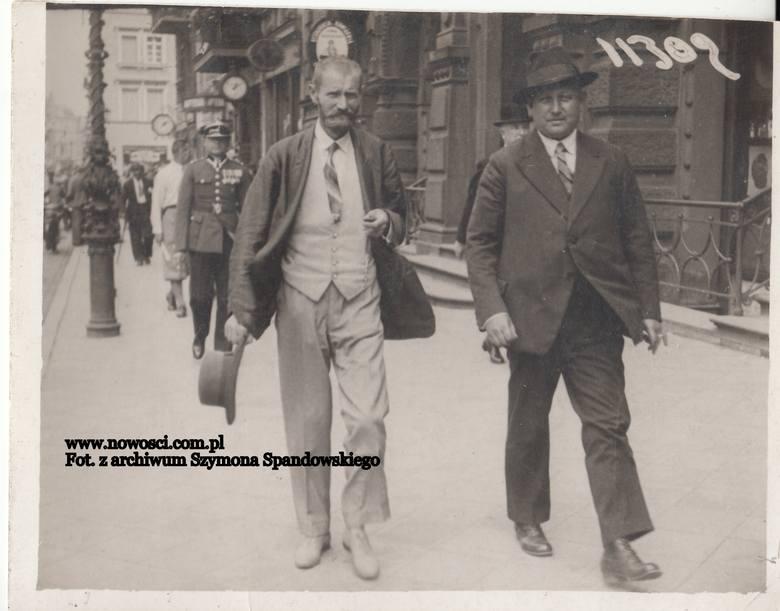 Poznajcie Państwo Juliusza Schdmidta, pracownika Urzędu Wojewódzkiego Pomorskiego. To ten pan po lewej sfotografowany przed Dworcem Artusa w maju 1931