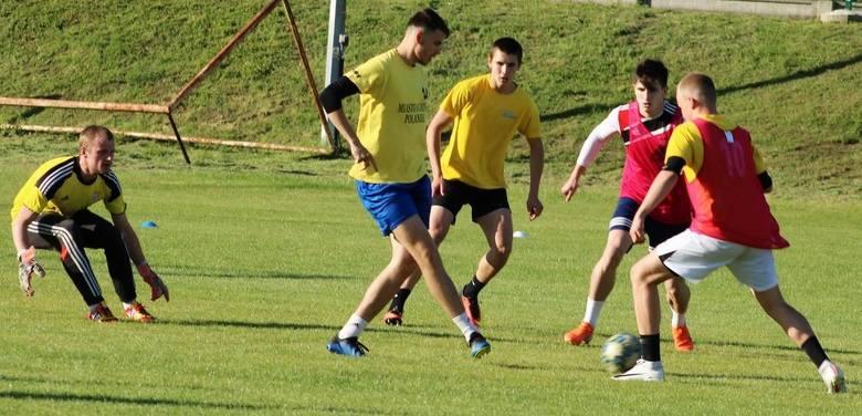 We wtorek odbył się pierwszy trening czwartoligowych piłkarzy Czarnych Połaniec.  Poprowadzili go dwaj doświadczeni zawodnicy - Maciej Witek i Paweł