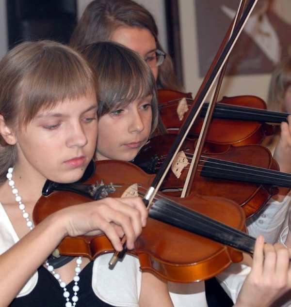 W nowej auli koncertowej jako pierwsi wystąpili uczniowie. Kilkunastoosobowy zespół wokalistów i instrumentalistów zmieścił się tu bez problemu.