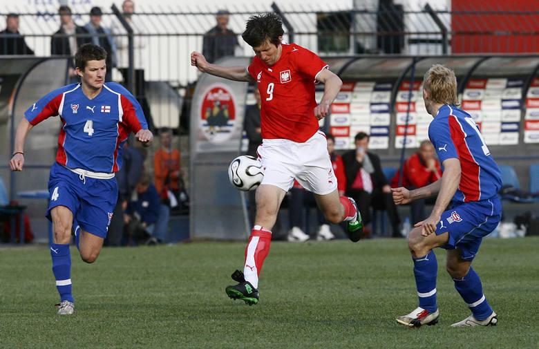 Grzegorz Rasiak (w czerwonej koszulce) dwoma pięknymi bramkami potwierdził, że zasługuje na miano reprezentanta Polski na mundialu w Niemczech.