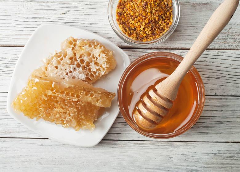 Miód pszczeli jest nie tylko składnikiem pobudzającym produkcję śliny, a dzięki temu łagodzącym podrażnienia gardła. Zawiera również związki o działaniu