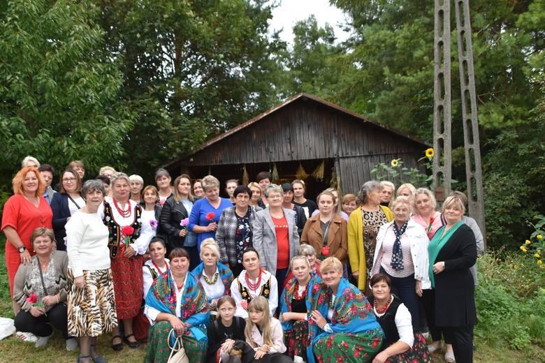W ramach Wiosek Sztuki panie z gminy Skalbmierz spotkały się po raz ostatni. Pożegnanie było liczne i bardzo udane [ZDJĘCIA]