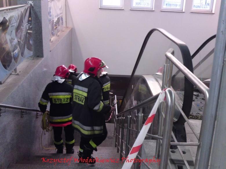 Strażacy wypompowywali wodę z zalanego dworca