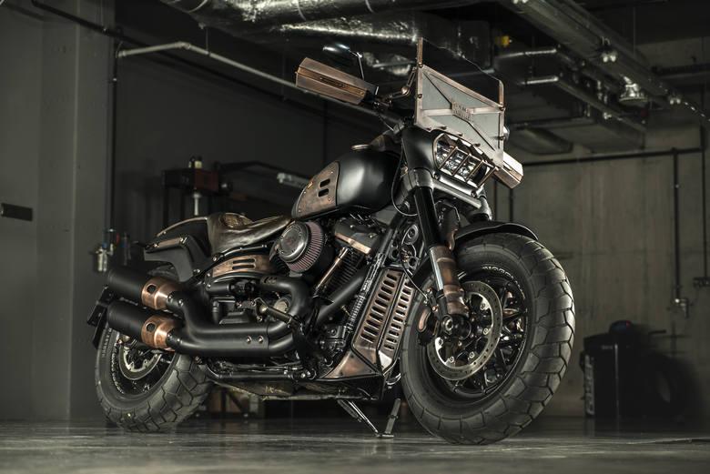 Fat Max, zmodyfikowany motocykl Harley - Davidson, nawiązujący do kultowego filmu Mad Max.