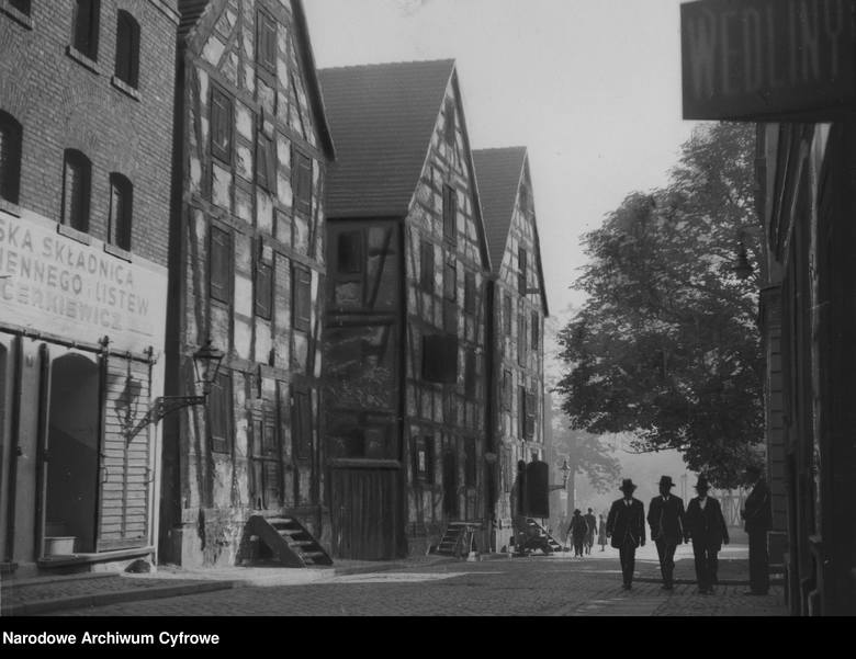 Stare spichlerze przy ulicy Grodzkiej. Lata 1920 - 1930.