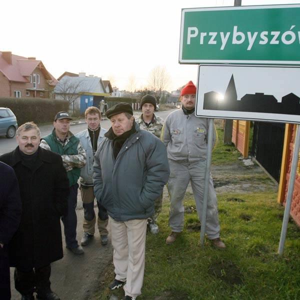 - W Warszawie znów chcą decydować o naszej przyszłości - mówią oburzeni mieszkańcy Przybyszówki.