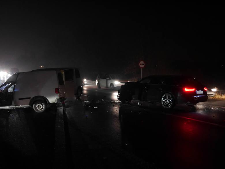 W zderzeniu dwóch samochodów osobowych i busa ranna została jedna osoba. Do tego wypadku doszło w Zaczerniu k. Rzeszowa, na wysokości mostu. Na miejscu