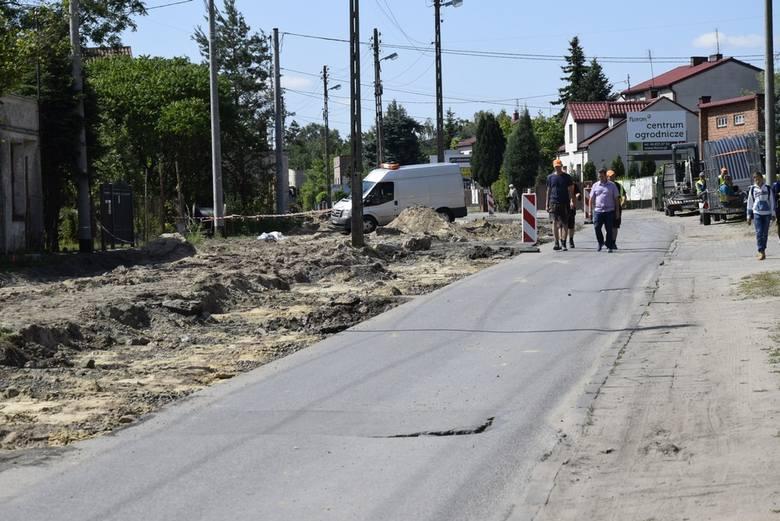 Trwa przebudowa ulicy Kozietulskiego. Wyłania się już rondo na skrzyżowaniu z ulicą 1 Maja. Skrzyżowanie to jest nieprzejezdne. Ulica Kozietulskiego rozkopana jest do skrzyżowania z ul. Poniatowskiego. Ruch lokalny odbywa się prawą stroną ulicy (patrząc od skrzyżowania z ul. 1 Maja).