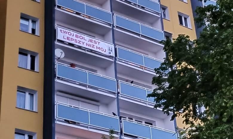 We wtorek na balkonie jednego z bloków na os. Bolesława Chrobrego na poznańskim Piątkowie jeden z mieszkańców postanowił zawiesić baner z tytułem głośnej