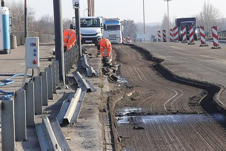 Rozpoczęło się frezowanie asfaltu na wiadukcie na ul. Dąbrowskiego - na nitce prowadzącej w stronę centrum.WIĘCEJ INFORMACJI NA KOLEJNYM SLAJDZIE