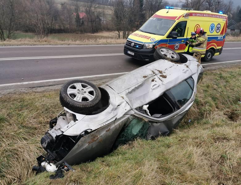 Do wypadku doszło w poniedziałek przed godz. 14 na drodze wojewódzkiej nr 884 w Korytnikach (gm. Krasiczyn) w pow. przemyskim.- Na śliskiej drodze kierująca