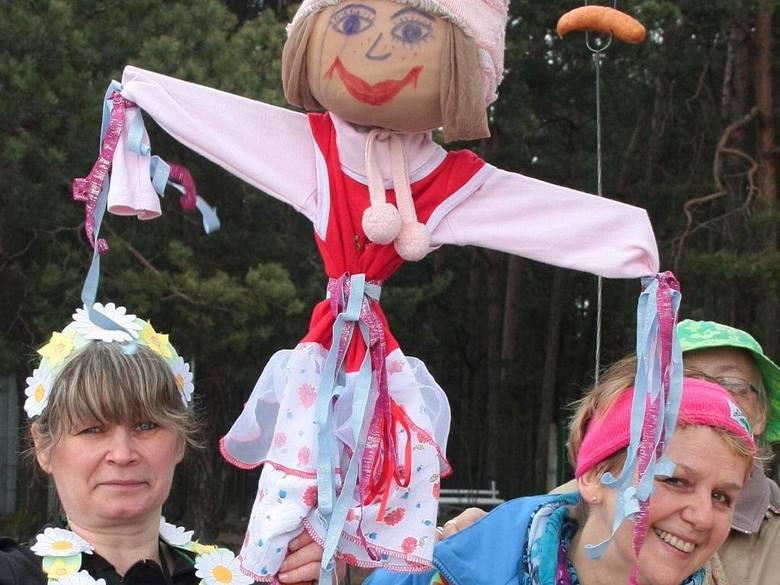 Jolanta Hartmann (z lewej) i Magdalena Wojanowska oraz kukła symbolizująca zimę