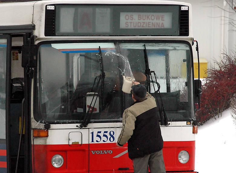 W Szczecinie kierowcy miejskich autobusów próbowali polewać wrzątkiem przednie szyby. Nic to nie pomogło.