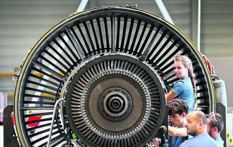 Wczoraj firma XEOS pokazała działające w Bielanach Wr. centrum szkoleniowe. Umiejętności zdobywają tam inżynierowie i mechanicy, którzy za dwa lata znajdą zatrudnienie w zakładzie serwisującym silniki samolotów Lufthansy koło Środy Śląskiej
