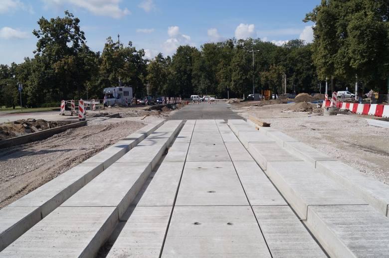 W ul. Wały gen. Sikorskiego na wysokości teatru Horzycy wykonawca kontynuuje prace związane z układaniem chodników z płyt kamiennych oraz kostki kamiennej.