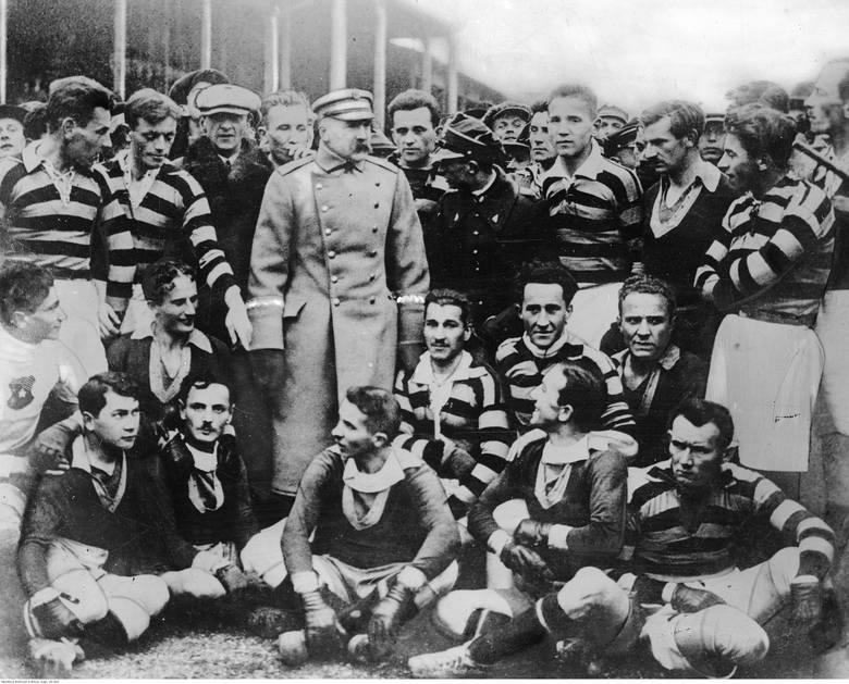 Marszałek Józef Piłsudski w otoczeniu zawodników Pogoni Lwów i Wisły Kraków na stadionie Wisły 16 listopada 1924 roku. Stoją od lewej: Henryk Reyman,