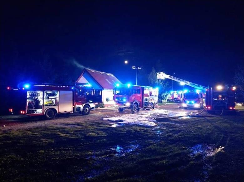 """Pożar w barze """"Przystań"""" wybuchł około godz. 19. Spłonęło poddasze nad salą bankietową i pomieszczeniami kuchennymi w budynku restauracyjnym."""