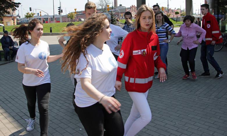 Festyn z atrakcjami zorganizowany przez grudziądzki Polski Czerwony Krzyż w plenerze.
