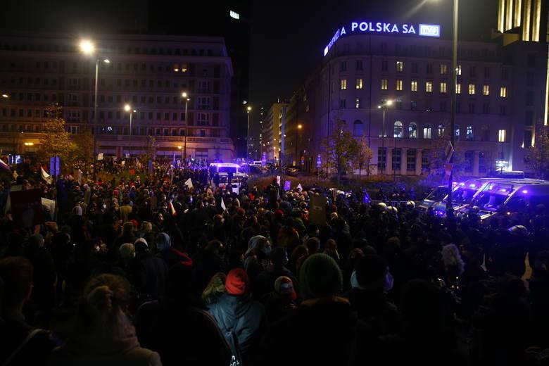 Strajk Kobiet. Warszawa: Policja użyła wobec protestujących gazu pieprzowego. Przepychanki na pl. Powstańców. Zdjęcia i wideo