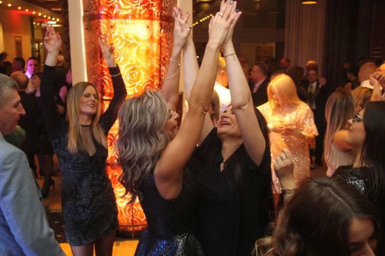 Przy muzyce zespołu Madagaskar w sylwestrową noc bawili się goście Hotelu Tęczowy Młyn w Kielcach. O północy wspólnie powitali Nowy Rok przy kieliszku