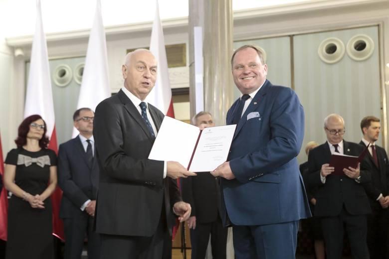 Mieczysław Baszko odbiera akt wyboru na posła kadencji 2019-2023