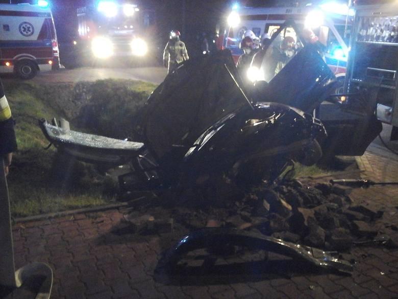 Parcewo. Wypadek w powiecie bielskim. Audi uderzyło w betonowy przepust. Trzy osoby ranne [ZDJĘCIA]