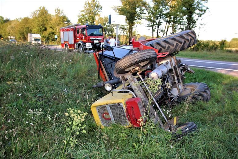 Do wypadku doszło w niedzielę po godz. 18 przed miejscowością Boćki. Na skrzyżowaniu zderzyły się ze sobą honda i ciągnik. Zdjęcia dzięki uprzejmości: