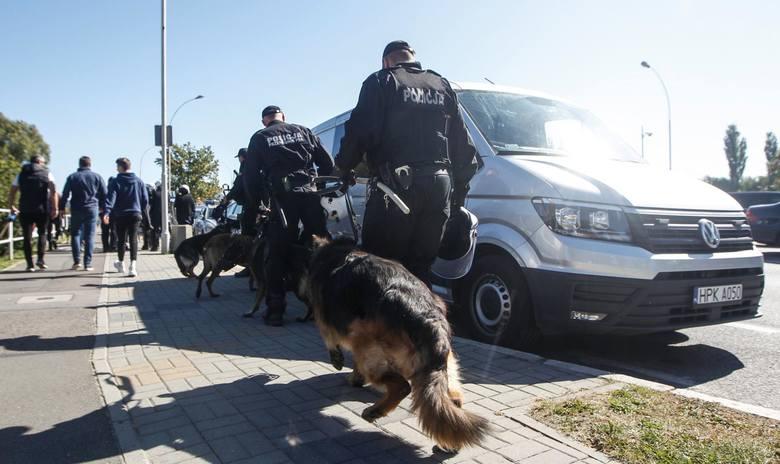 Noszenie policyjnego munduru zobowiązuje. Nie tylko wymaga bezwzględnego przestrzegania prawa, ale również godnego zachowania w czasie służby i po niej.