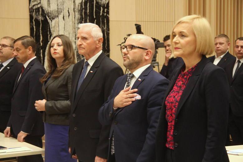 Na inauguracyjnej sesji Sejmiku Województwa Świętokrzyskiego  ślubowanie złożyło 30 nowych radnych. Kim są? Przedstawiamy ich od strony politycznej zawodowej