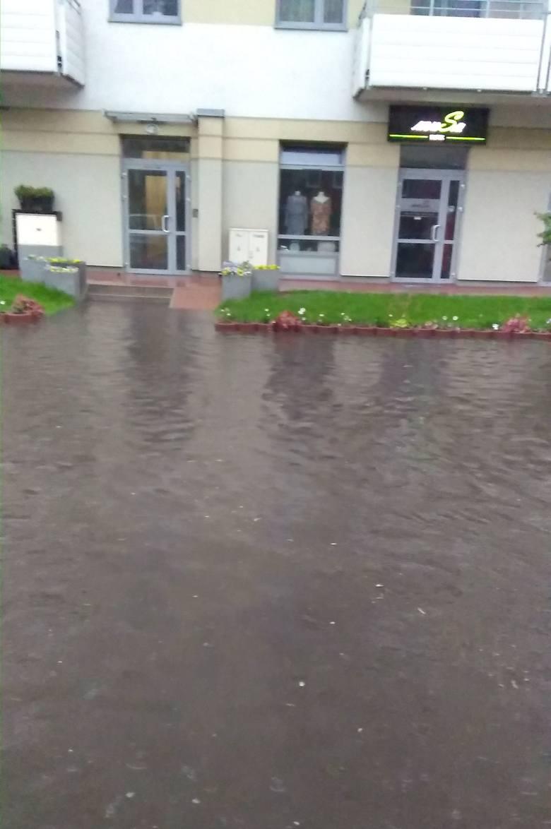 Samochody zaparkowane przy ulicy Zachodniej, a także te stojące w garażu zostały zalane po wtorkowej ulewie