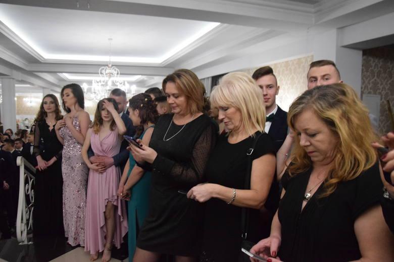 """Bal maturalny uczniów """"Górki"""" miał miejsce w Rezydencji Sandomierskiej w Lenarczycach. Przebiegał w ciepłej atmosferze i widać było,"""